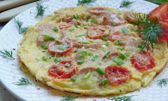 омлет на сковороде с молоком и сосисками - рецепт