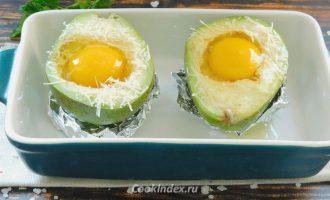 Авокадо запеченное с яйцом в духовке