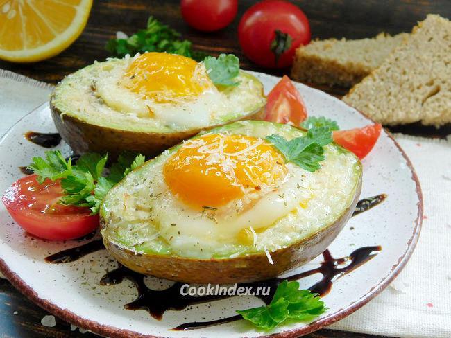 Авокадо запеченное с яйцом