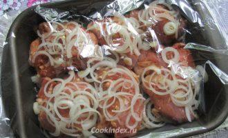 Свинина на луковой подушке в духовке в рукаве