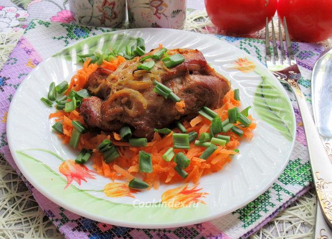 Свинина на луковой подушке - рецепт