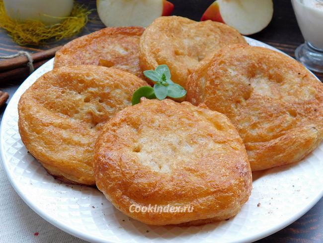 Яблоки в кляре на сковороде